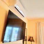 """Dormitorio principal SmartTV 50"""" y aire acondicionado"""